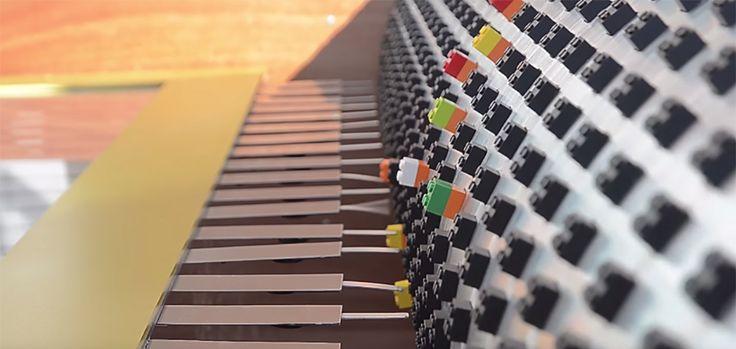 """La musique classique est un style intemporel qui a pourtant tendance à se perdre au fur et à mesure que les générations défilent. En Roumanie, à l'occasion du festival de musique Georges Enescu, la célèbre marque de jouets LEGO a mis en place une opération originale en partenariat avec l'agence FCB. À l'entrée du centre commercial Beneasa Shopping City, LEGO a créé la """"Lego Music Box"""", une vraie boîte à musique géante qui a la particularité de fonctionner avec les fameuses briques."""