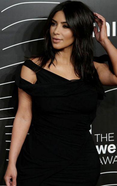 Récompensée de son succès sur internet lundi 16 mai lors des Webby Awards à New York, Kim Kardashian a annoncé qu'elle continuerait les selfies nue jusqu'à sa mort.