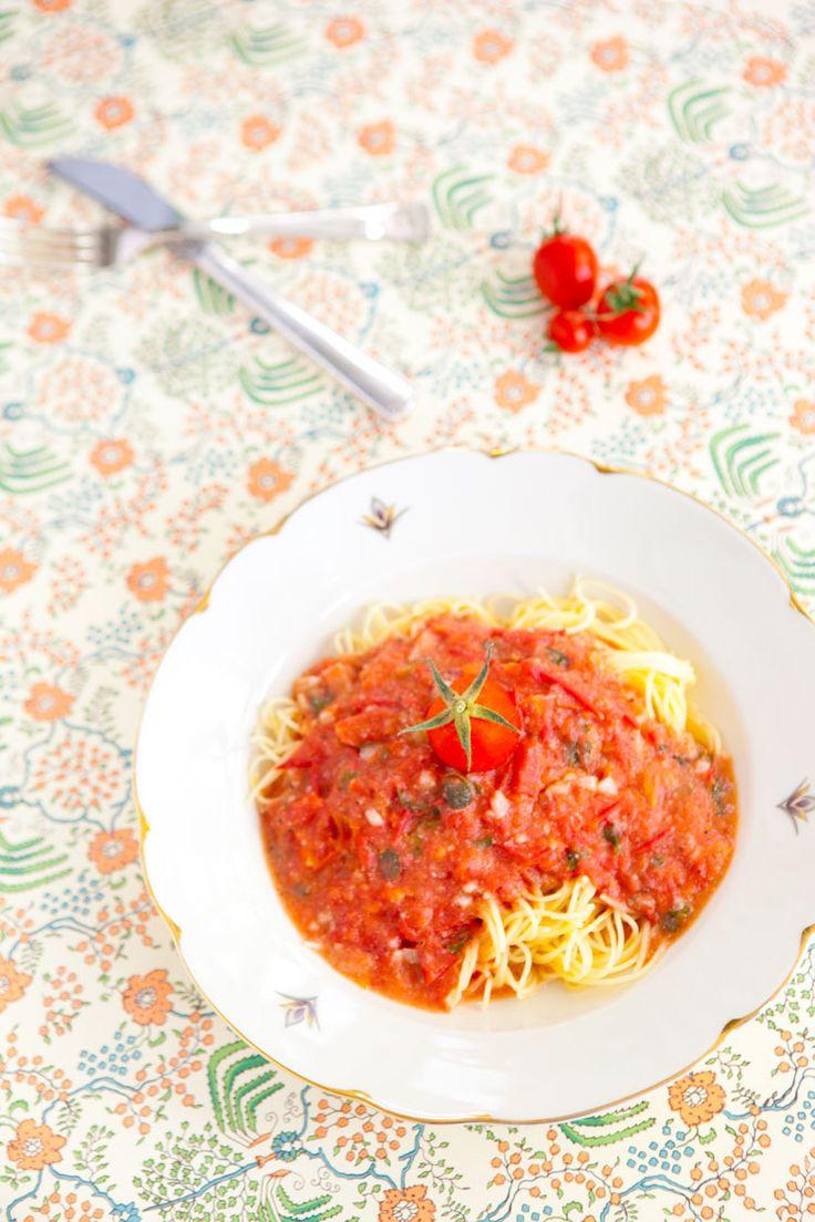 Just nu är det tomaternas tid här. Varje dag skördar jag tomater, och för att det inte ska bli ett oöverstigligt berg av tomater så baseras nästan varje måltid på något inslag med tomater här hemma. Och varje mellanmål också för den delen. Något vansinnigt enkelt och gott är att göra en snabb tomatsås och pasta. Jag hackar bara tomater, lite vitlök, färsk basilika, oregano och persilja. Droppar lite olja i en kastrull och kokar upp allt i en kastrull. En skvätt havregrädde för krämighet…