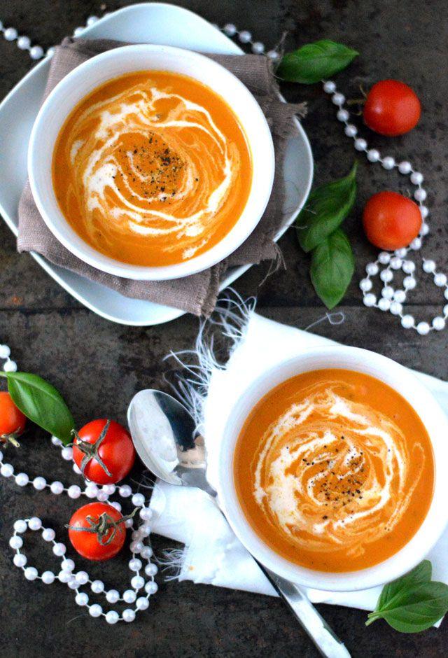 Het lekkerste recept voor romige tomatensoep. Romige tomatensoep is echt een allemansvriend en deze helemaal met lekkere zongedroogde tomaten erin: nét even specialer dan een gewoon tomatensoepje.