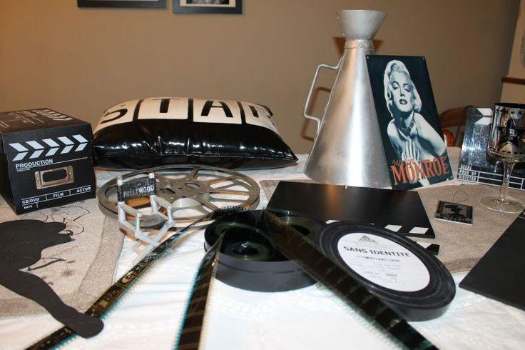 Plusieurs accessoires de cinéma. Comprenant, plusieurs cadres photos bobines de film, une bobine de film métal, pellicule de film , clap, tableaux de cinéma, tableau Marylin Monroe, porte voix en métal, clap numérique, lampe projecteur de cinéma etc...