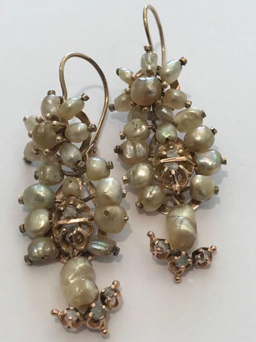 Vintage Siciliaanse gouden oorbellen met parels en diamanten  Traditioneel handgemaakt in Italië tijdens het Victoriaanse tijdperk presenteren ze tekenen van slijtage en verschillende reparaties; over het algemeen in goede staat. Geen kenmerken. De metalen fijnheid is getest op toetssteen. 8 kt rose goud. Afmetingen: totale lengte 6 cm haak sectie 2.5 cm breedte 21 mm. De vintage hefboom-back de binnenmaat is 21 x 11 mm. NB: twee metingen worden genoemd omdat de oorbellen kunnen worden…
