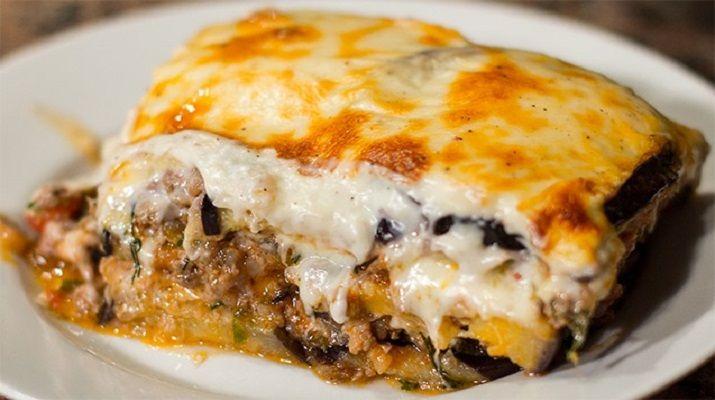 Мусака является одним из традиционных блюд греческой кухни и представляет собой слоеную запеканку из овощей и мяса.