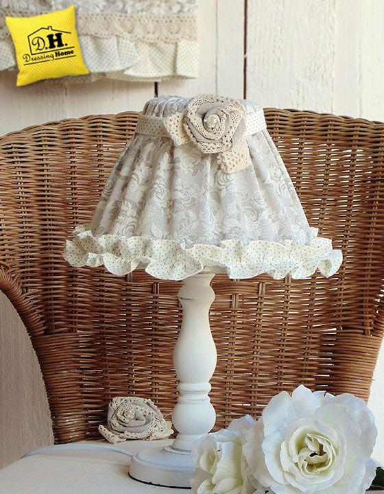 La lampada da tavolo della Collezione Lady Rose , con i suoi meravigliosi e delicati colori