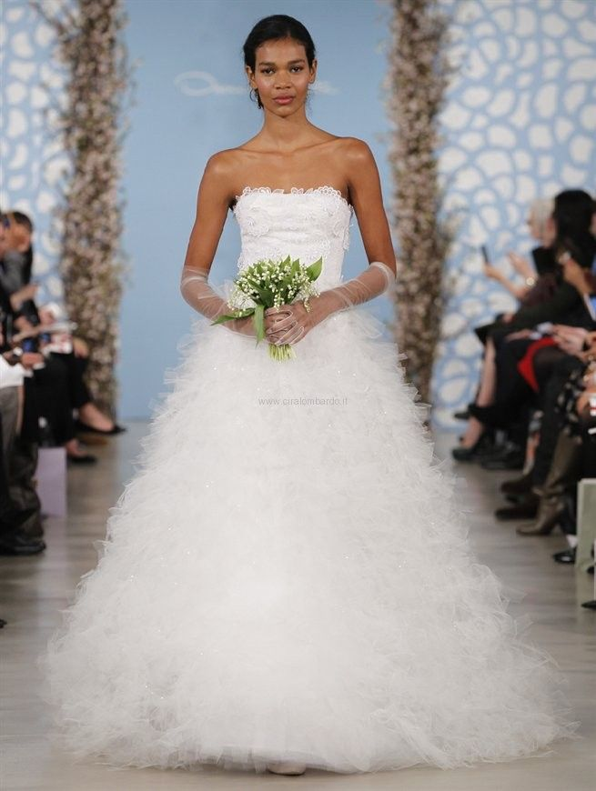 Bianco organza di seta ricamato abito senza spalline con sfilacciata tulle e paillettes gonna a più livelli.