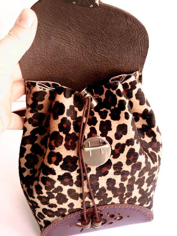 Mochila de cuero con pelo y estampado de leopardo. Mochila de