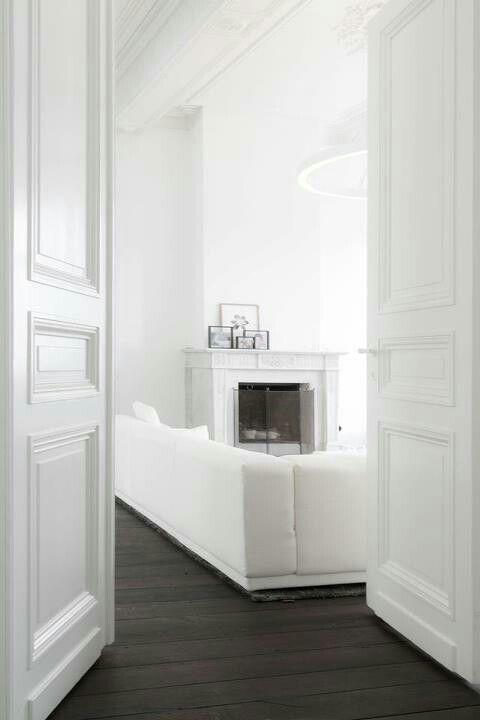 Een volledig witte ruimte kan kil en steriel overkomen. Wellicht heeft men daarom hier geopteerd voor een donkere eiken parketvloer, die de kamer warmer en gezelliger maakt. Lees meer over dit type vloeren op de website van Lalegno (www.lalegno.be).