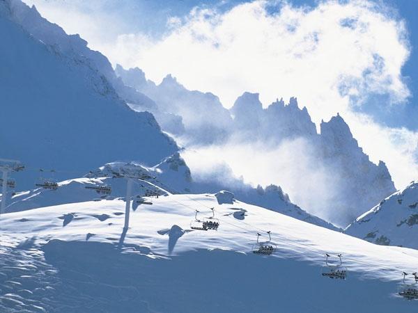 Les Trois Vallées is één van de grootste skigebieden ter wereld en strekt zich uit over de 3 prachtige valleien Belleville, Courchevel en Méribel. Het gebied, dat behoorlijk sneeuwzeker is, telt ongeveer 175 moderne skiliften en ruim 600 kilometer aan blauwe, rode en zwarte pistes. Vergeet u camera niet, de uitzichten op vele plekken zijn adembenemend. Voor snowboarders zijn er diverse snowparks met halfpipes en boardercross.