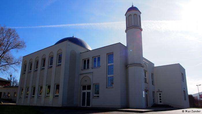 Mesjid berikutnya milik gerakan Ahmadiyyah berada di bagian kota Berlin yang bernama Heinersdorf. Mesjid bernama Khadija ini dibangun berdasarkan konsep seni bangunan Barat dan Islam. Bentuk jelas arsitektur gaya 'Bauhaus' yang berasal dari tahun 1920-an dipadu dengan kubah yang khas dan menara setinggai 12,5 meter.