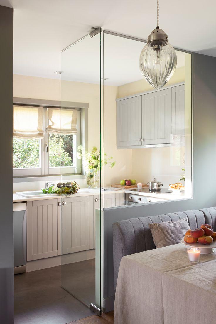 Cocina pequeña con pared de cristal y office al lado 00412896