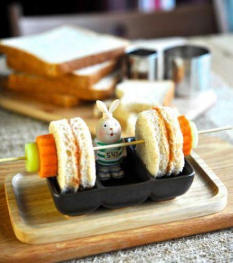 Origineel hapje op een stokje: gewicht heffen met brood en groente ! #brood #groente #kinderen