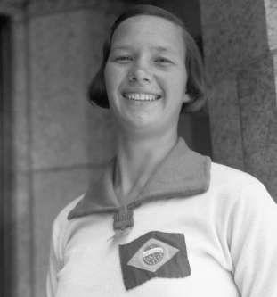 A primeira brasileira a competir nos Jogos Olímpicos foi a nadadora Maria Lenk, em Los Angeles-1932