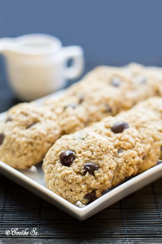 Zabpelyhes-kókuszos keksz - Hozzávalók (kb. 30 db):  12 dkg vaj, 10 dkg barnacukor, 1 tojás, 1 tk vanília,  10 dkg liszt, 1 tk szódabikarbóna, 1 tk fahéj 3-4 dkg kókusz,  10 dkg aprószemű zabpehely, fél narancs héja, 10 dkg csokoládé pasztilla, (vagy aszalt gyümölcs - szilva, sárga barack, áfonya, mazsola ...).