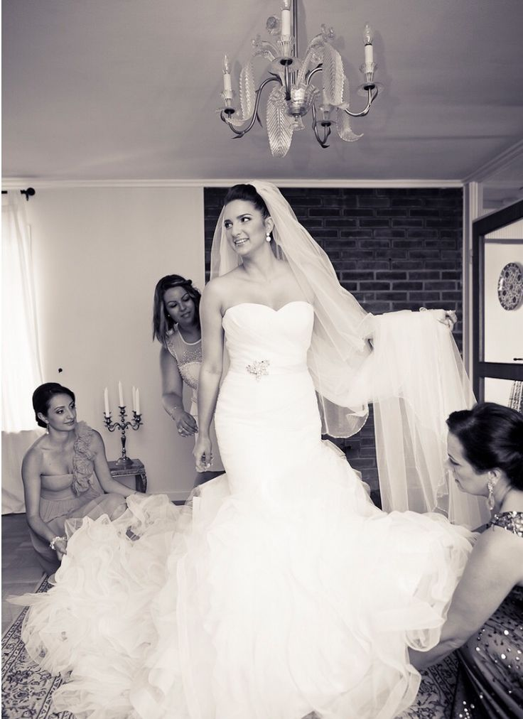 Beautiful pickuper bride getting ready with her bridesmaids