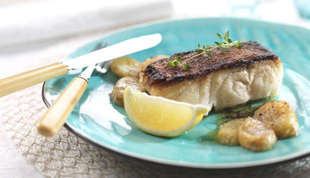 Stekt lettsaltet torsk passer godt til den søte bananen. Server med kokt ris, sitronbåter og gjerne litt frisk persille. #fisk #oppskrift