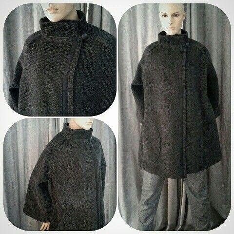 Cappotto in tessuto operato 100% lana sfoderato. Ampie maniche raglan e grandi tasche a goccia €180.