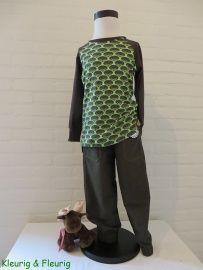Jongenskleding: donkergroene broek met lichtgroene stiksels maat 104 en een groen-bruin shirt met egelprint maat 104.
