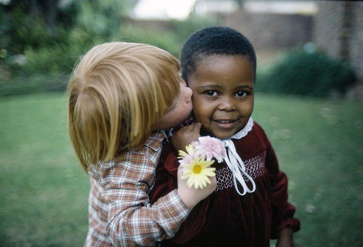 21 mars 2016 -- Cette célèbre photographie de la photothèque de l'ONU a été prise en 1982, dans la ville du Cap, en Afrique du Sud, quand les mariages inter-raciaux étaient illégaux dans le pays. Vous la verrez sur les sites Internet de l'ONU aux alentours du 21 mars, date de la Journée internationale pour l'élimination de la discrimination raciale.