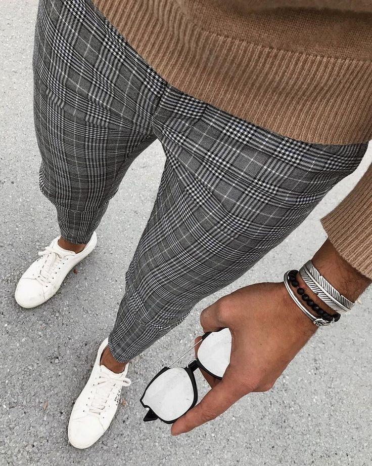pullover marrone con pantaloni a quadri e scarpe sportive in pelle bianca uniscono …