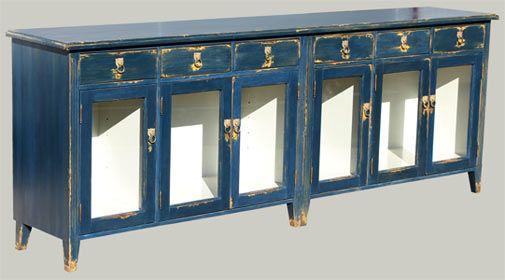 Lasiovinen komuutti on antiikkiviimeistelty vanhan siniseksi. Värillä on väliä! #komuutti #sininen #lasiovi #vitriini #matala #senkki #hieno #juviproduction #juvi #antiikkikäsittely
