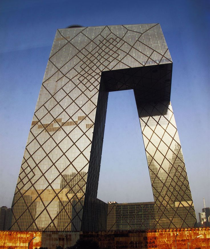 """Штаб-квартира CCTV — 44-этажный небоскреб высотой 234 метра в Пекине. Здание известно своей необычной формой и несомненно является одним из больших архитектурных чудес современности. Это культовое здание было сформировано двумя наклонными башнями, которые сливаются в перпендикулярной вершине и в основании, образуя замкнутый контур. Инженеры описали эту структуру, как """"трехмерную петлю'"""". Штаб-квартира выполнена из стекла и легких алюминиевых и стальных профилей.   #ПАРИТЕТ – #совершенство…"""