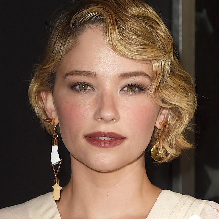 """Gefällt 13 Mal, 1 Kommentare - WhoWoreWhatDaily (@whoworewhat_daily) auf Instagram: """"The mismatched earring trend continues with Haley Bennett at LA premiere of #thankyouforyourservice…"""""""