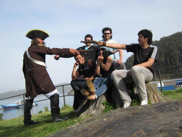 Simulación de disputa en Fuerte de Corral. Valdivia.  Dentro del fuerte hay hombres disfrazados de la época 1600`s