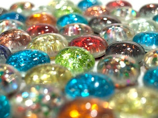 Glitter Glass Marble Magnets! These could be super cute on the fridge! Especially during Christmas season like little bulbs & lights!