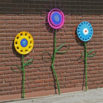 """Hubcap art! I think these would look nice on the side of a garage or old barn or toolshed. If only I didn't live in """"condo-land"""" :("""