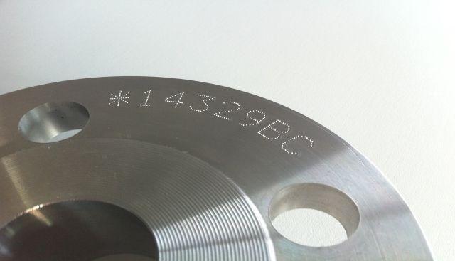 Technomark Multi 4 nokta vuruşlu markalama makinesiyle yapılmış bir metal markalama örneği