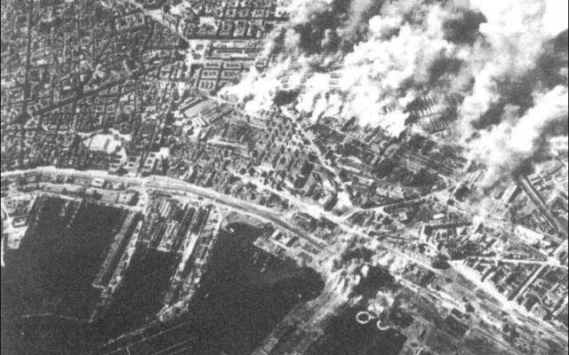 Storia:4 Agosto 1943 bombardamento su Napoli Napoli,4 Agosto 1943,nel pieno della seconda guerra mondiale,quattrocento bombardieri B17 arrivano sulla città sganciando centinaia di bombe,distruttive e incendiare.Subito dopo decine di caccia con  #1943 #secondaguerramondiale #napoli