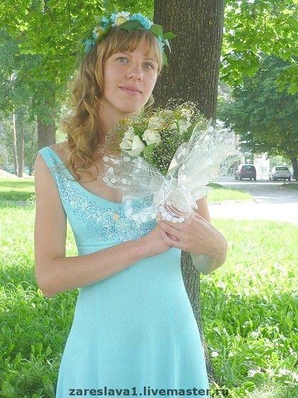 Свадебный наряд `Лада бирюзовое`. Наряд сделан из натурального льна тонкой выделки, двухслойный, для венчания пары на природе. Силуэт очень простой, спинка глубокая на шнуровке атласными лентами. Роспись - стилизация знака 'Лады' и орнамент из 'травки'.