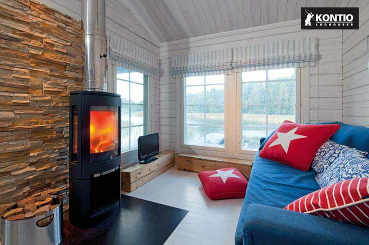 Cheminée allumée dans une petite maison Kontio en bois.  http://www.kontio.fr/
