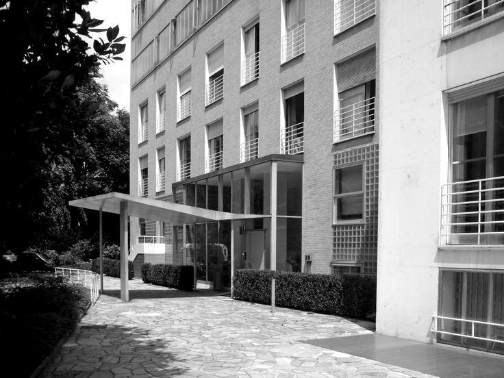 La pensilina d'ingresso del Condominio XXI Aprile in via Lanzone 4 (1949-1953) di Mario Asnago e Claudio Vender (foto di Alessandro Sartori). #Milano, #Condominio, #Architettura