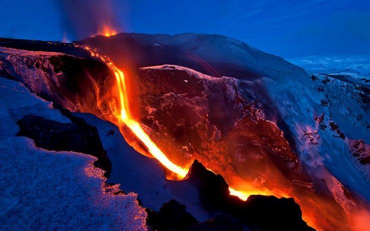 El volcán Mauna Loa, Hawai   En Hawaiano el volcán Mauna Loa significa alta montaña. Este nombre es bastante adecuado ya que es el volcán más grande de la Tierra, con un volumen estimado en aproximadamente 75.000 km2  y una altura de 5.000 metros desde su base hasta la superficie del océano, y otros 4.170 metros sobre nivel del mar, es decir, más de 9.000 metros de altura total.
