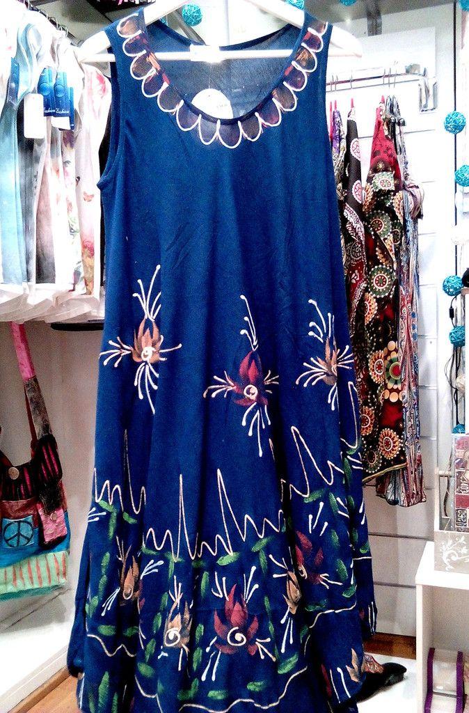 Ινδικό φόρεμα σε βαθύ μπλε με ζωγραφιστό σχέδιο.