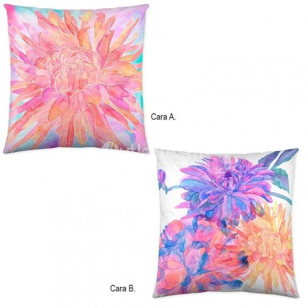 Cojín decorativo CRISTINE de la firma Naturals. Disfruta de los estampados florales que llenan de vida tu habitación con este bonito diseño de la frima Naturals, donde predominan colores frescos como el celeste o el coral.