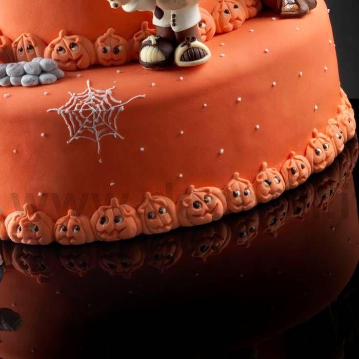 Per arricchire la tua torta di Halloween, in modo facile e veloce, con una bordura a forma di simpatiche zucche, puoi usare gli stampi in silicone Decosil.