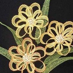 Jedná se o kytici sestavenou z několika jednotlivých částí (viz první foto). Středy květů jsem vyrobila z knoflíků, které jsem potáhla kouskem hedvábí, vycpala vatou a pošila korálky. Jako stonky posloužily drátky z květinářství.