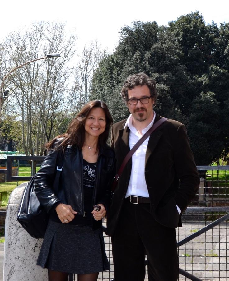 """A Roma, intervisto Andrea Pomella, autore del bel romanzo """"La misura del danno"""" (Fernandel). Parliamo del libro e della sua vita di scrittore, poi, come turisti, chiediamo a un passante di scattarci una foto.  http://www.leultime20.it/andrea-pomella-il-ruolo-della-donna-oggi-e-peggiore-che-in-ogni-altra-epoca/"""