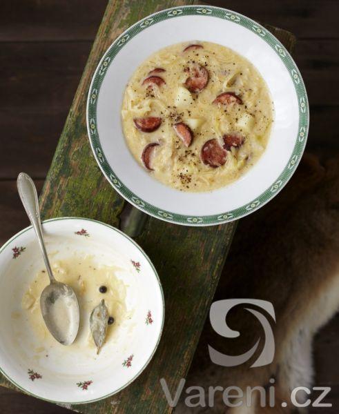 Chutná vydatná polévka ze zelí, brambor, klobásy, slaniny a zakysané smetany. Recept na opravdu sytou polévku, která se může podávat místo hlavního jídla.