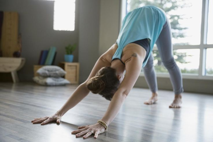 Debout, dos à votre lit, gardez vos pieds parallèles et écartés de la largeur du bassin. Levez les bras et étirez-vous jusqu'au bout des doigts sur la pointe des pieds comme si vous vouliez toucher le plafond. Fixez le regard droit devant vous pour conserver l'équilibre.