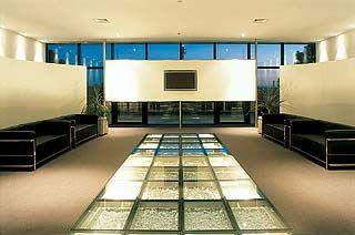 Piso de vidro no Park Shopping Barigui, projeto do arquiteto Paulo Baruki.