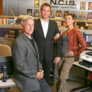 I want the jacket and cargo pants Ziva is wearing!! Love the cargo pants!!