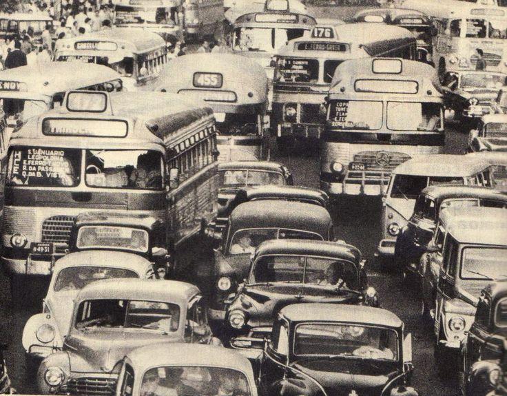 RIO DE JANEIRO - Poderia bem ser um flagrante do trânsito do Rio de Janeiro em 2014, mas é claro que não é. Pelos carros e ônibus do instantâneo, viajamos no tempo e estamos há meio século atrás, no meio de um engarrafamento. Vale a pena prestar atenção nos coletivos e suas linhas. Em primeiro plano, a 472 (Triagem-Leme) – que está na ativa até hoje e mais atrás o 455 (Méier-Copacabana).