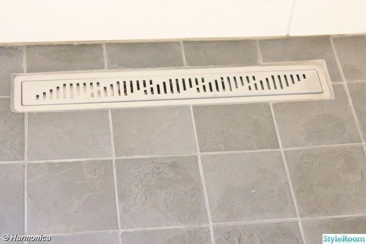 En liten toalett och rummet bredvid håller på att bli dusch,toa och tvättstuga. Just nu går vi på toa i garaget...likaså duschar vi där. Känns väl sådär, men tids nog är vi klara. Sambon gör det mesta själv och han är grym på detta..... Ingången till renoveringskaos.... Den lilla toaletten och......