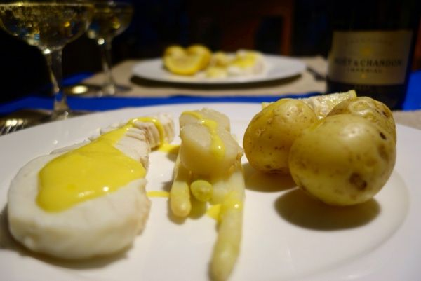 Poached halibut with white asparagus, scallops and hollandaise. Pocherad hälleflundra med vit sparris, pilgrimsmusslor och hollandaise. Recept på bloggen.