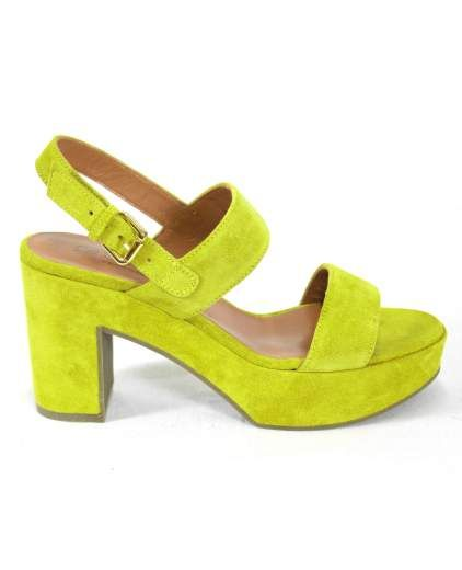 Sandalo in crosta a doppia fascia. Plateaux alto 3 cm e tacco 9 cm. Allacciatura alla caviglia.
