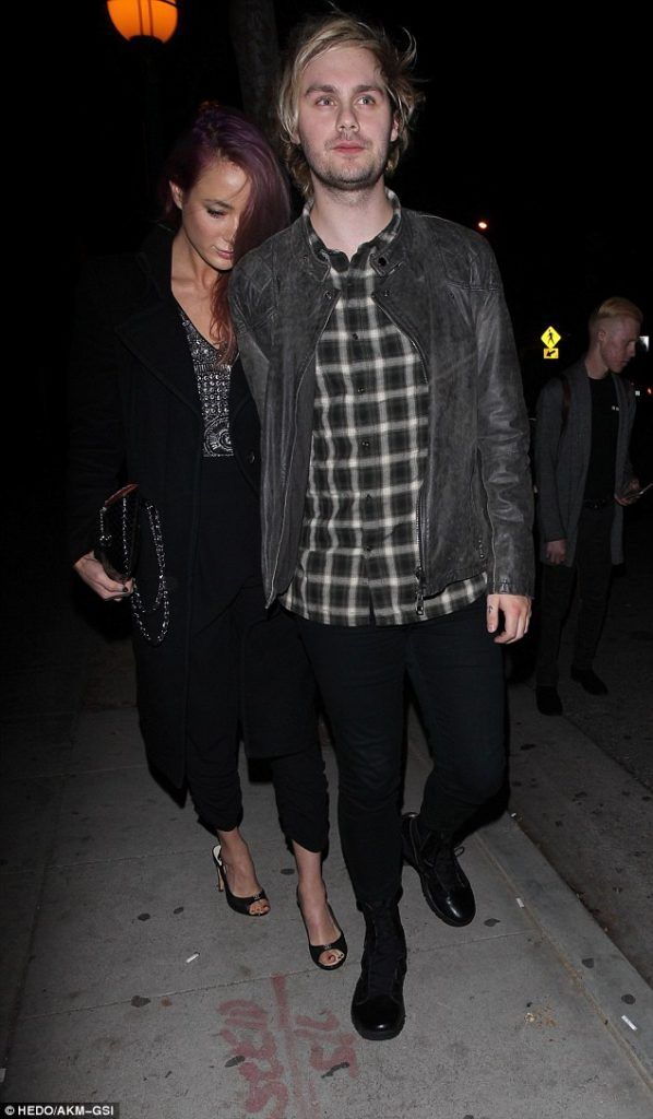 | 5SOS MIKEY CLIFFORD SHOWS HIS LOVE FOR GIRLFRIEND CRYSTAL LEIGH ! | http://www.boybands.co.uk