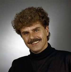 Robert Long, pseudoniem van Jan Gerrit Bob Arend Leverman was een Nederlands zanger, schrijver, componist, cabaretier en televisiepresentator. Geboren: 22 oktober 1943, Utrecht Overleden: 13 december 2006, Antwerpen, België